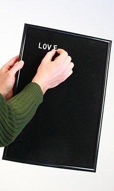 Posez les lettres sur les rails du Letter Board